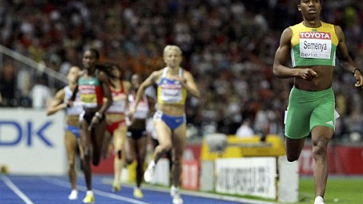 Caster Semenya remportant la finale du 800 mètres aux Mondiaux d'athlétisme de Berlin 2009