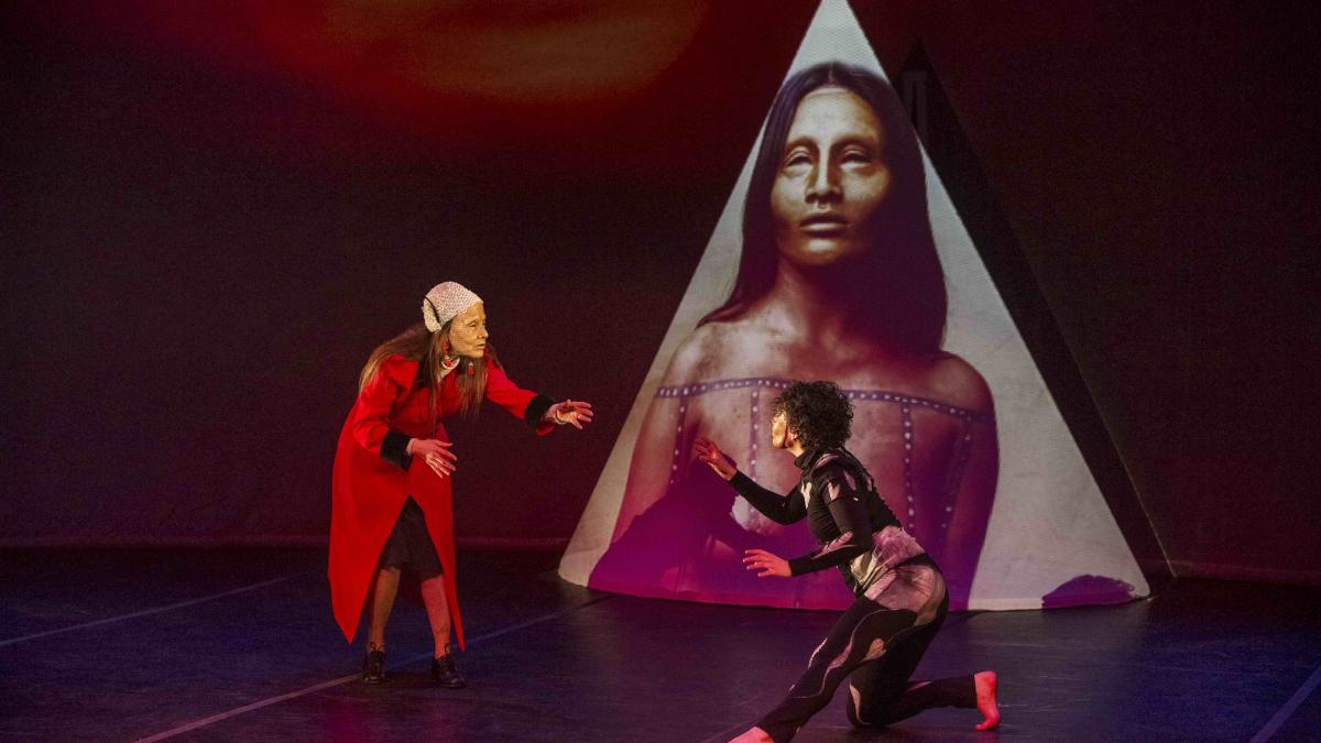 Le personnage d'Anna Chapman en extase devant une autochtone ©Martine Doyon